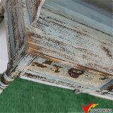 Antiker rustikaler hölzerner Innenschrank mit Fächern