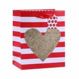 La ropa del corazón del día de tarjeta del día de San Valentín hace las bolsas de papel románticas del regalo a mano