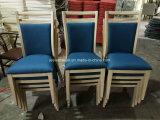 Hölzernes Ende-Handelsgaststätte-Lebesmittelanschaffung-Tisch, der Stühle speist
