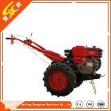 Landarbeiter HP-8, der hinter Traktor mit Cer geht