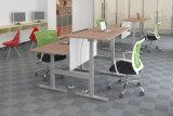 Elevação eléctrica em madeira moderno se sentar à mesa de computador do escritório