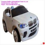 중국 제조자를 가진 전차가 현대 아기 장난감 차에 의하여 농담을 한다