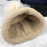 Изготовленные таким образом Зимой Леди вязки шапки с POM POM