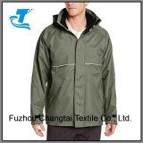Люди делают промышленную куртку водостотьким дождя