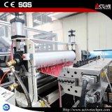 Profesional que analiza la maquinaria del estirador del azulejo del PVC