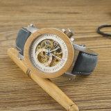 Reloj de madera de los hombres con el movimiento mecánico