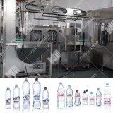 Machineによって王びん詰めにされる水の製造工場