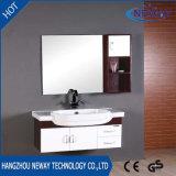 Cabina de cuarto de baño de madera de la pared simple con la cabina lateral