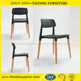 Apilable de ocio PP colorida silla con patas de madera de haya