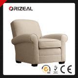 덮개를 씌운 거실은 로웰에 의하여 덮개를 씌운 안락 의자를 착석시킨다
