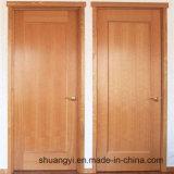 木の内部の合板のドア