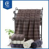 Do algodão toalha 100% de banho de primeira qualidade com beira da maquineta