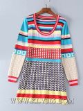 Les dames façonnent la robe d'usager tricotée