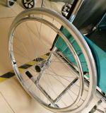 809のStandradの市場のための手動鋼鉄Foldable安い価格の車椅子