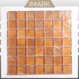 台所Backsplashのタイルのためのこはく色の光沢のあるガラスモザイク