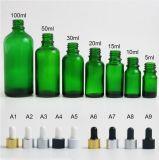 En verre vert bouteille d'huile essentielle avec compte-gouttes