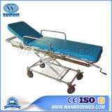 A ea-4uma cama de emergência de dobragem do paciente no hospital com o Pólo de transfusão