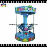 Joyeux de carrousel d'amusement petits vont conduite de dauphin de rond