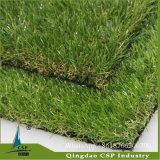 كفالة طويل يرتّب عشب اصطناعيّة لأنّ حديقة