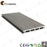 薄い灰色の屋外のプラスチック木製の床