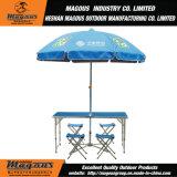 表およびベースが付いている大きい傘の広告