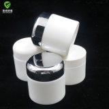 クリーム色のびんおよび瓶を包む白い磁器の化粧品
