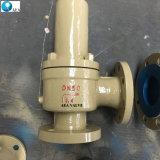 A pressão de mola da válvula de alívio de segurança com o capô fechado