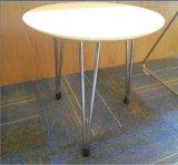 円形の小さいダイニングテーブルおよび椅子