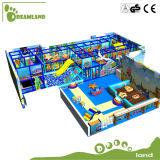 Divertimento interno do campo de jogos da mini ferramenta original do parque dos miúdos