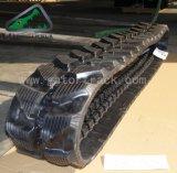A máquina escavadora segue as trilhas de borracha (230*48)