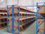 Powde cubrió el estante de acero del almacén