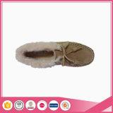 のどの毛皮のライニングが付いている羊皮のモカシンの靴