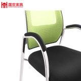現代オフィスの椅子の上の網の椅子