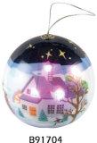 공 Oraments (B91704)가 크리스마스 선물 무지개에 의하여 점화한다