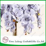 De Plastic Stammen die van de Bloem van de zijde Orchidee Kunstmatige Orchidee overhandigen