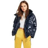 女性はビニール濃紺海軍枕パッファーのジャケットのコートの女性のジャケットのウインドブレイカーの上の屋外の冬の衣類のジッパーを収穫した