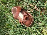 Les enfants grinçant sandales, grinçant des sandales, des chaussures en usine