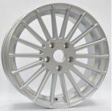 El coche de aluminio bordea la rueda de la aleación