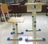 L'école de bureaux avec chaises pour salle de classe