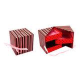 リボンデザインの袖のギフト用の箱が付いているギフト用の箱