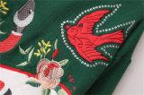 여자의 자수 형식 뜨개질을 하는 블라우스 스웨터