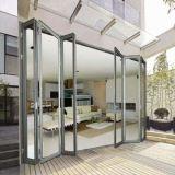 La moitié ouvert les portes coulissantes en verre en aluminium de l'intérieur d'un balcon