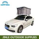Хлопните вверх шатер верхней части крыши автомобиля для располагаться лагерем