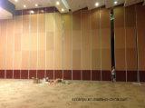 装飾的な部屋の区分を滑らせるレストランかホテル