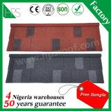 Il materiale da costruzione rivestito di pietra delle mattonelle di tetto del metallo copre il tetto che riveste il campione libero