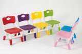 A tabela plástica dos melhores miúdos amarelos bem escolhidos dos produtos e 4 cadeiras ajustaram a escola colorida do divertimento do jogo da mobília Home