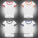Las nuevas mujeres ajustaron las camisetas en blanco