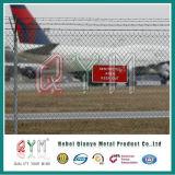 공항 철망사 담을 검술하는 공항 보안 체인 연결