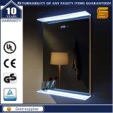 Specchio illuminato Backlit LED fissato al muro della stanza da bagno dell'hotel