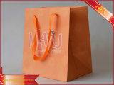 女性の服の紙袋のピンクの買物をする紙袋